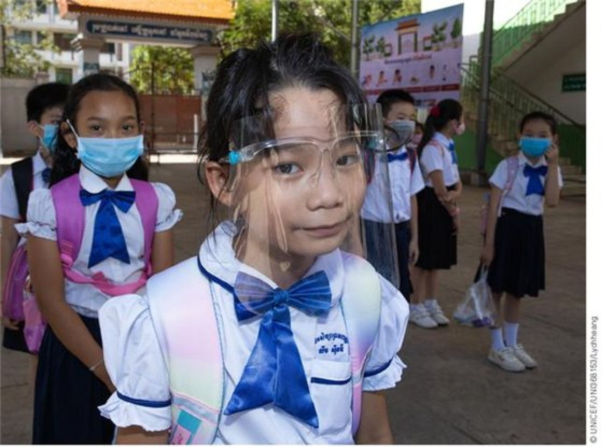 캄보디아 프놈펜의 프레아 노로돔 초등학교 아동들이 마스크를 착용하고 사회적 거리두기를 유지하며 등교하는 모습. [사진 유니세프한국위원회]